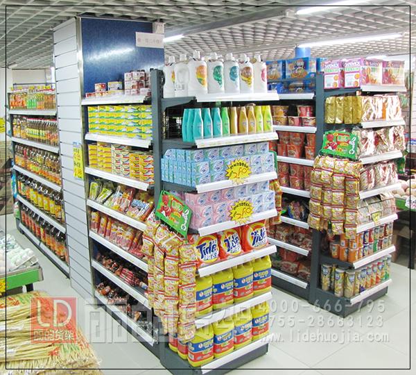 """生活超市店根据其面积的大小,不仅仅有摆放其所在商圈居民日常生活所需的商品,还有一些吃,住,行所有的服务,生活超市不仅仅是一个提供商品买卖的场所,更多的是一种对所在地的居民的一种服务,其他包含的商品不仅有传统意义上的有形商品,更多无形的服务也在提供,像一些常见的代收包裹,充值缴费之类的都是生活超市经营的一种业务,尽管这些业务的营利并不是很高,但是,提供这种服务更多的是提高该店在所在商圈的影响力,提高顾客对该店的""""黏性"""",从而在其他方向实现营利,一般来讲,这样子的生活超市在进行货架布局"""
